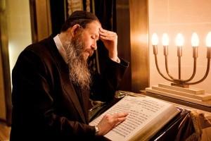 rabino-estudiando-la-tora-en-la-sinagoga