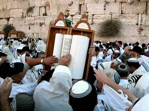 torah_scroll_at_western_wall