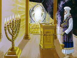 Sacerdote ante el altar