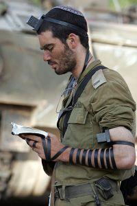 400px-IDF_soldier_put_on_tefillin